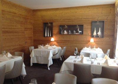 Boiserie restaurant en sapin massif avec incorporation de boites métallisées