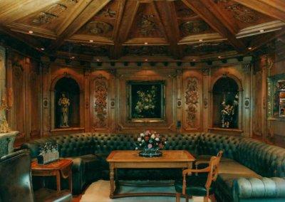 Plafond et boiserie style en merisier massif sculpté main - Canapé Chersterfield sur mesure - MUNCHEN - ALLEMAGNE