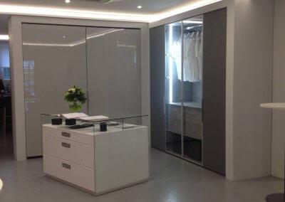 Dressing portes coulissantes coplanaire laqué brillante intérieur au choix // Dressing porte battante en cuir gris intérieur béton + porte en verre cadre aluminium et éclairage LED - EXPO-METTING