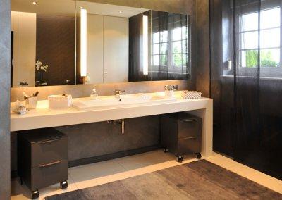 Salle de bain avec plan de vasque en Corian, vasque en céramique Duravit, miroirs double face et éclairage LED