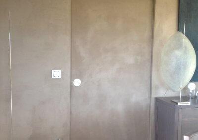 Porte coulissante incorporée dans mur avec finition en chaux cirée