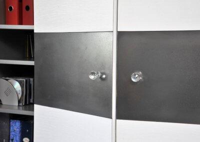 Détail bande métallisée avec bouton en crystal