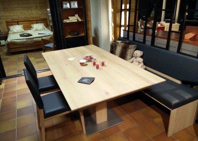 Table avec pied central en chène massif avec coulisse synchro et allonge porte-feuille